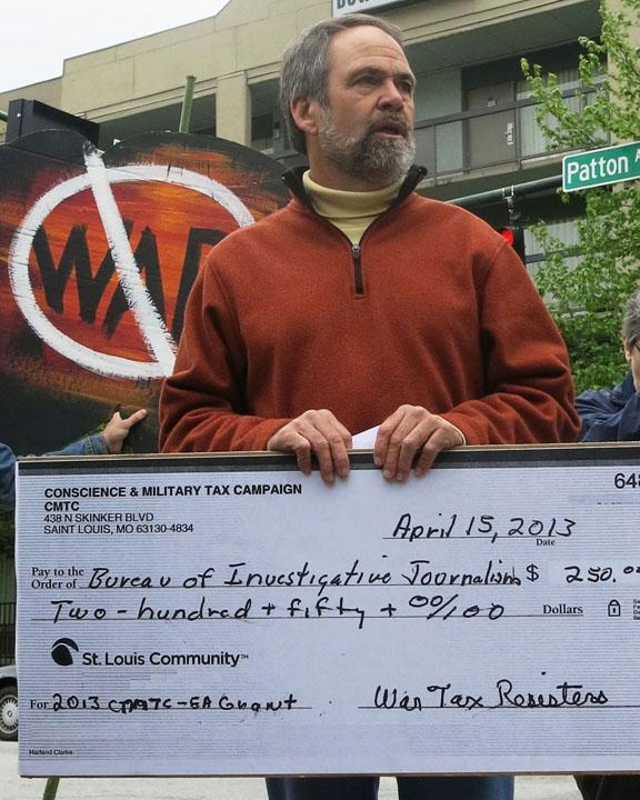 Bill Ramsey holding giant $250 check